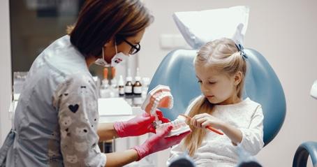 איך בוחרים רופא שיניים לילדים?
